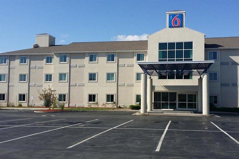 Motel 6 Niagara Falls in Niagara Falls, Ontario A