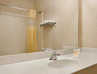 Days Inn & Suites Dallas Badezimmer