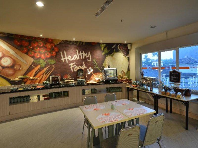 HARRIS Hotel & Convention Ciumbuleuit Bandung Restaurant