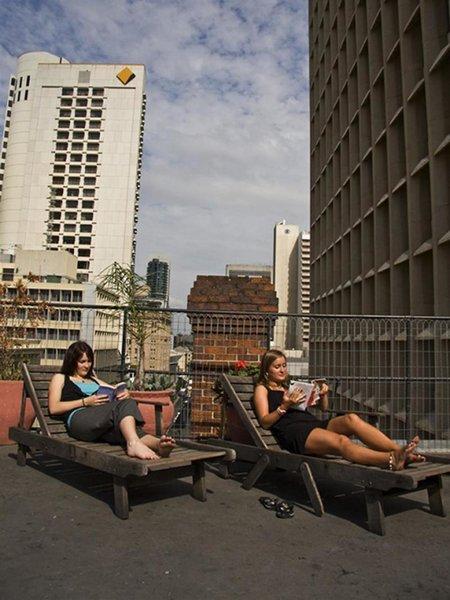 Nomads Brisbane Hostel Terrasse